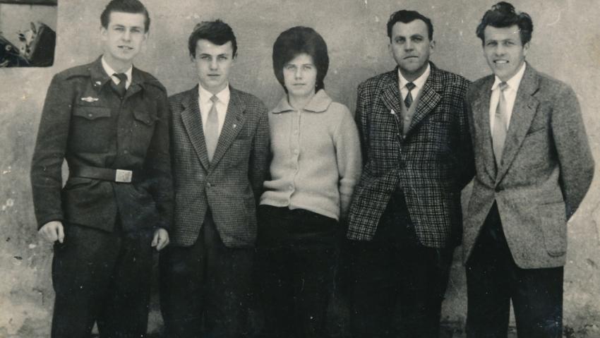 Sourozenci Kiršnerovi v roce 1962, zleva: Václav, Jiří, Milada, Mirek, Jaroslav. Foto: Paměť národa
