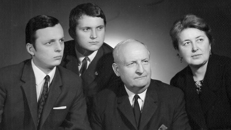 Rodina Vojtěcha Kočky, kterou komunisté připravili o rodinnou tiskárnu: Vojtěch ml., Antonín, otec Vojtěch a maminka Helena