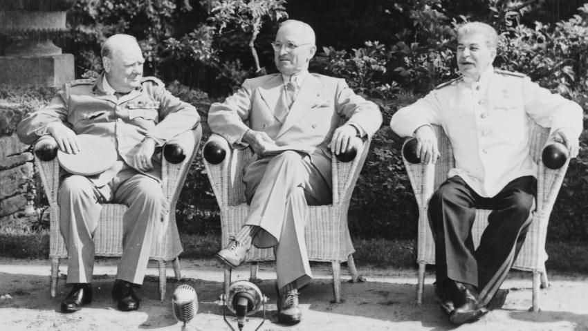 Představitelé Velké trojky na začátku konference 17. července 1945: zleva britský premiér Winston Churchill, americký prezident Harry S. Truman a sovětský vůdce J. V. Stalin. Foto: NARA/Wikimedia Commons