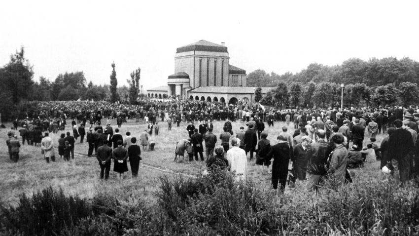 Tryzna u libereckého krematoria 24. srpna 1968. Foto: Paměť národa/Petr Šída