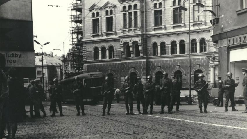 Zásahové jednotky v Liberci u radnice 21. srpna 1969. Foto: Jan Bartoš