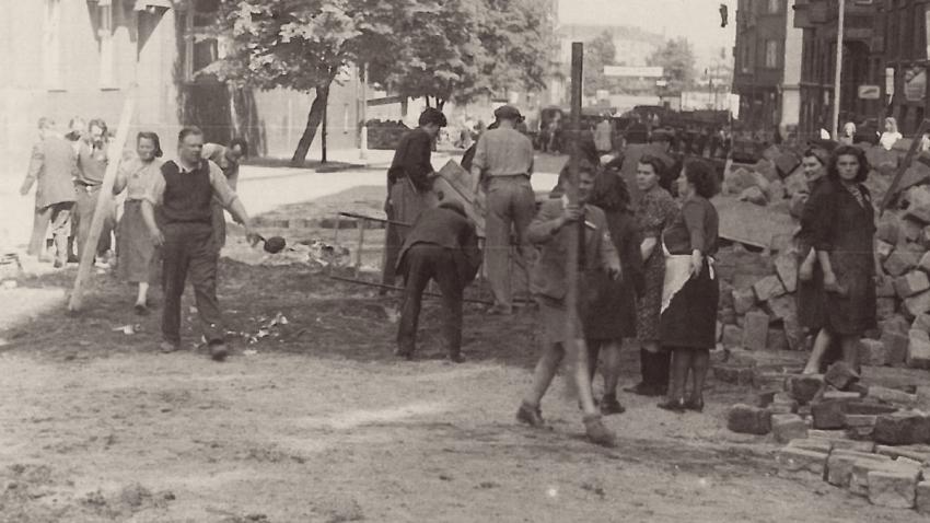 Libuše Pilařová-Kverková pomáhala stavět barikádu v Heřmanově ulici u Veletržního paláce. Foto: Paměť národa