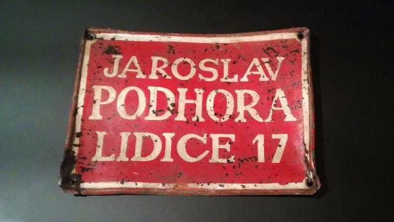 Nápis z Lidic, který se zachoval, ve washingtonském Muzeu holocaustu v roce 2016.