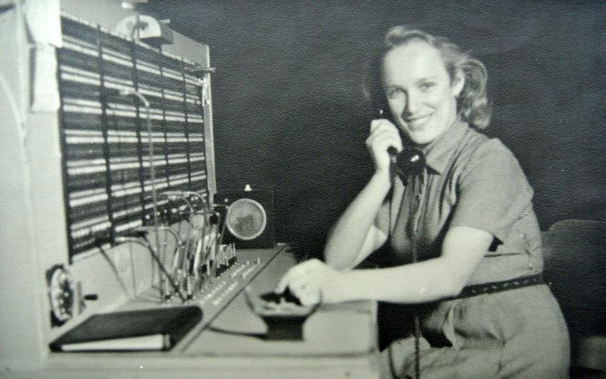 Ludmila Havelková v zaměstnání v telefonní ústředně, Zlín, 40. léta. Zdroj: Paměť národa