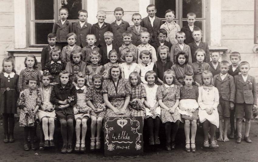 Ludmila Severinová jako učitelka 4. třídy na konci školního roku 1941. Foto: Paměť národa
