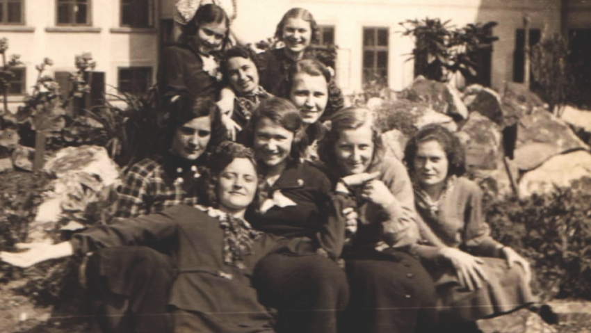 Ludmila Severinová se svými spolužačkami z učitelského ústavu. Foto: Paměť národa