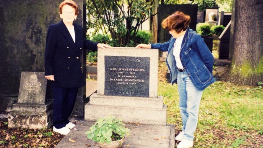 Margalit se svou sestrou Ruth u hrobu rodičů v Brně v roce 2000. Foto: Paměť národa