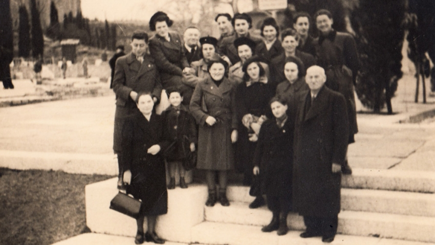 Margalit (vlevo nahoře) se skupinou, s níž odjížděla do Palestiny v březnu 1940. Foto: Paměť národa