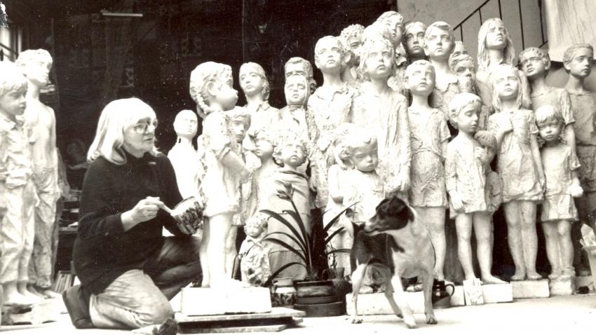 Marie Uchytilová při práci na sousoší lidických dětí v roce 1981.