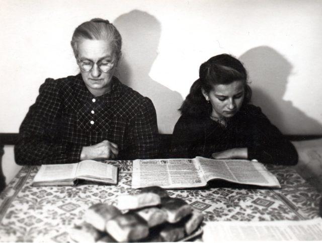 S matkou Anežkou Švecovou krátce před zatčením. Zdroj: Paměť národa
