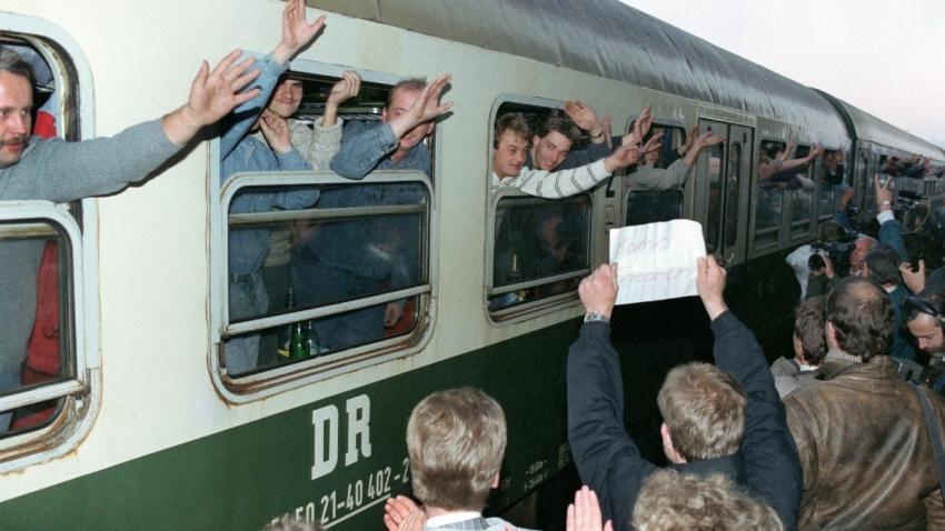 Vítání východoněmeckých uprchlíků v západním Německu.