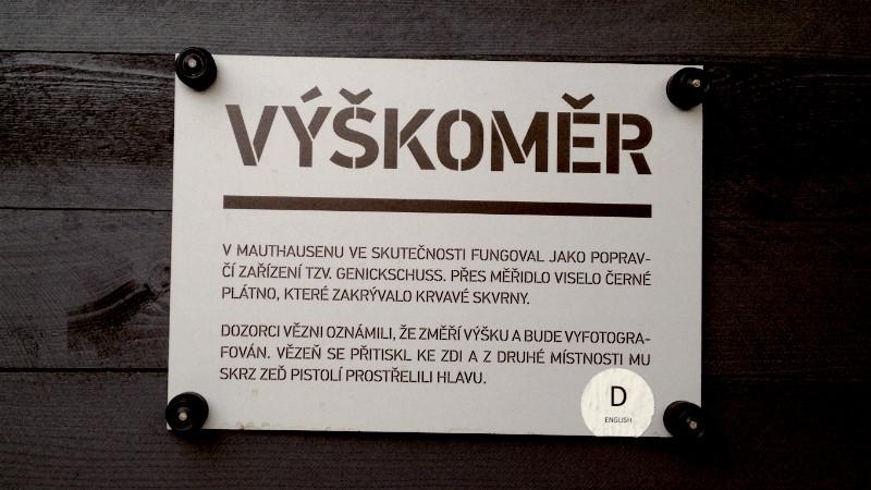 Výškoměr z výstavy Paměti národa z roku 2012, která v kulisách koncentračního tábora na Karlově náměstí připomínala 70. výročí atentátu na Heydricha