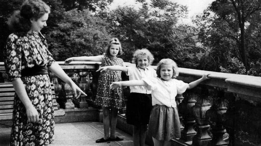 Mobi Urbanová se svými neslyšícími žačkami v Pražském ústavu pro hluchoněmé, kde učila od roku 1942.