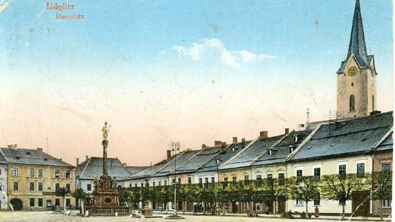 Mohelnické náměstí na kolorované pohlednici ze 30. let 20. století. Zdroj: Vlastivědné muzeum v Šumperku