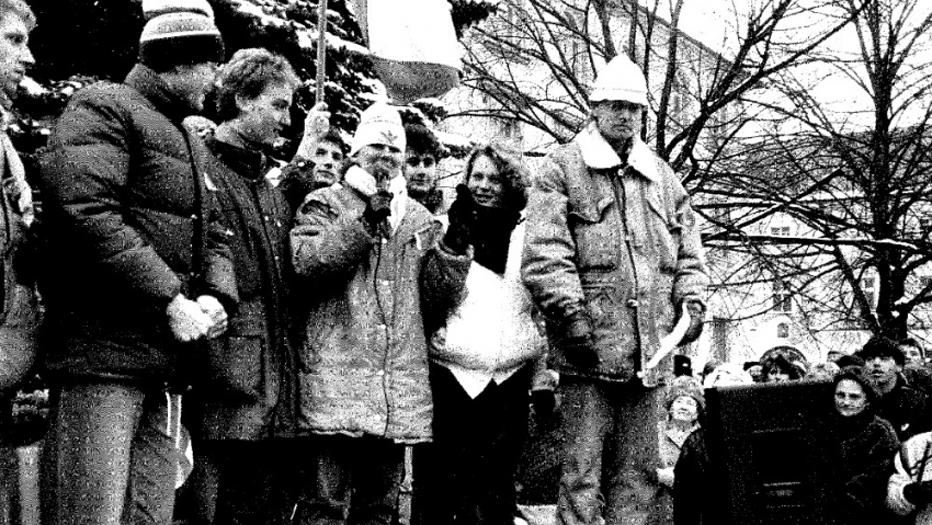 Monika Brázdová promlouvá do mikrofonu na demonstraci na náměstí v Humpolci při generální stávce 27. listopadu 1989.