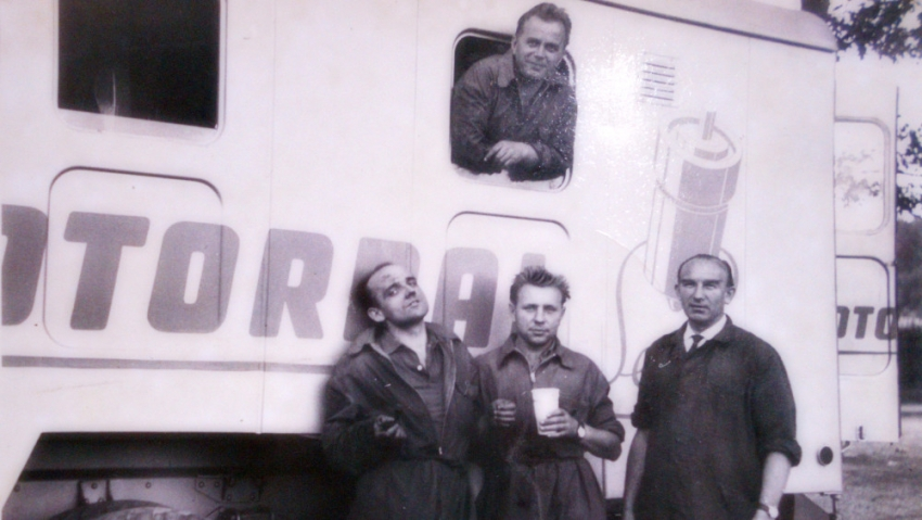Evžen Plocek (vlevo) s kolegy z Motorpalu kolem roku 1955. Zdroj: Aleš Plocek