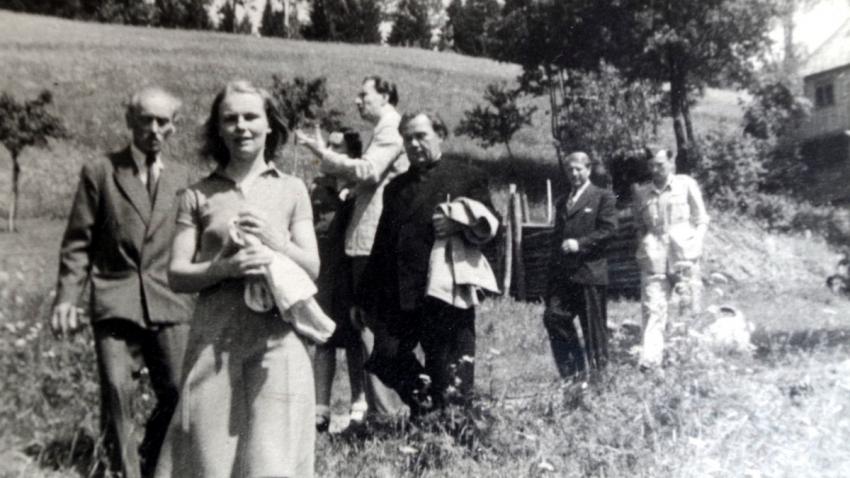 Umělecká společnost v Železné Rudě v euforickém období brzy po válce, zcela vlevo Jiří Mucha, v popředí jeho anglická manželka Geraldine. Foto: Paměť národa