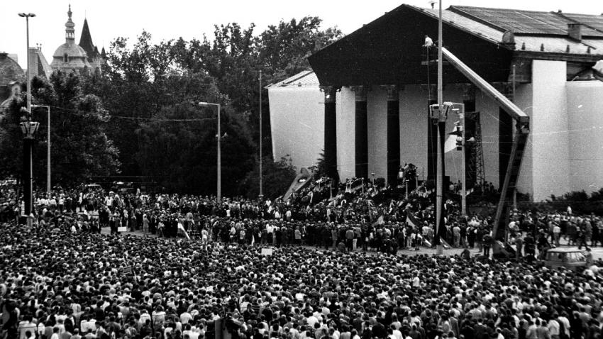 Slavnostní pohřeb Imre Nagyho a dalších maďarských představitelů popravených 16. června 1958 se konal 31 let poté na Náměstí hrdinů za účasti 300 tisíc lidí.
