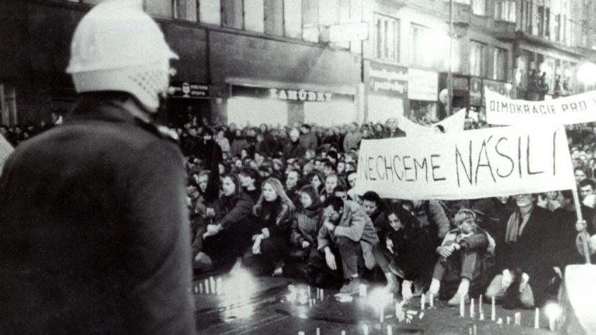 Pohotovostní pluk před zásahem proti účastníkům průvodu z Albertova. Foto: Paměť národa
