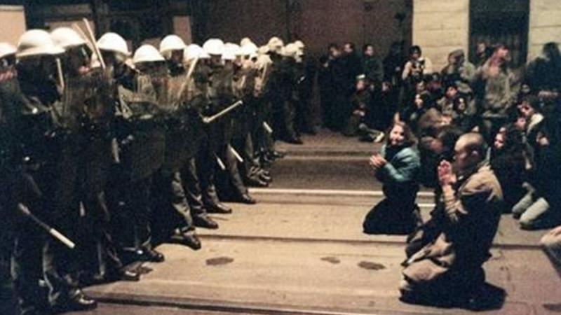 Demonstranti na Národní třídě. Zdroj: Paměť národa