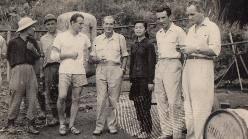 Nhung a Vladimír (čtvrtý zleva) s expedicí. Foto: Paměť národa