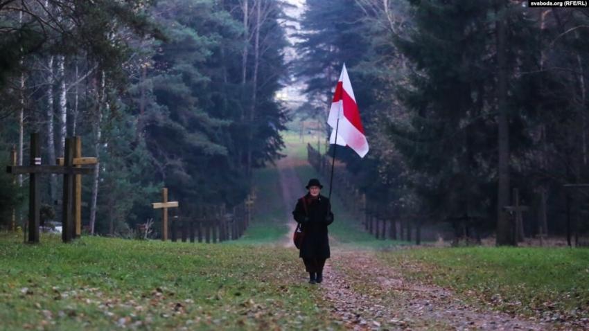 Nina Bahinskaja v Kurapatech u Minsku na místě masových hrobů z dob stalinských represí. V dubnu 2019 začala vláda na příkaz prezidenta Lukašenka odstraňovat kříže připomínají památku obětí.Počet obětí je utajován, odhady se pohybují od třiceti tisíc po čtvrt milionu osob. Zdroj: Nina Bahinskaja
