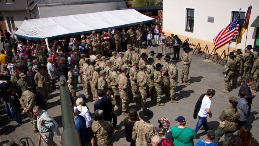 Oslavy osvobození a připomínka Operace Kovboj v hřebčíně Hostouň v roce 2016 za účasti příslušníků 2. jízdního pluku. Oslavy v Bělé a v Hostouni jsou v Česku jediné, kterých se tradičně účastní vojáci v aktivní službě, navíc nasledníci kavaleristů, kteří koně v roce 1945 zachránili. Foto: 2d Cavalry Regiment