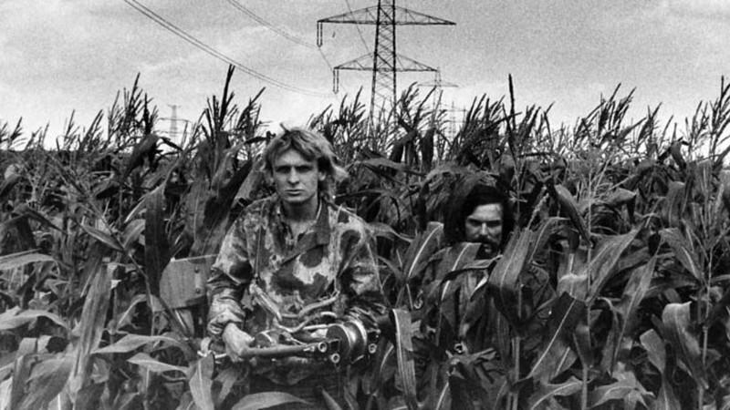 Robert Ospald a Zdeněk Pohl v kukuřičném poli u hranic.