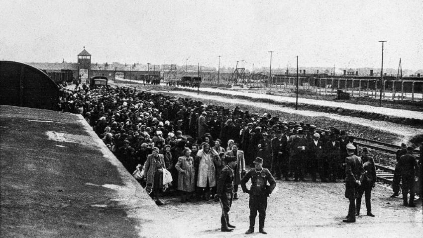 Selekce po příjezdu vězňů do Osvětimi. Fotografie pochází z tzv. Osvětimského alba, souboru fotografií, které v květnu 1944 pořídili příslušníci SS.