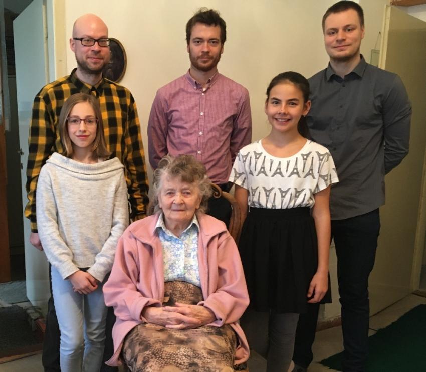 Dvaadevadesátiletá Otta Bednářová s žákovským týmem, který její příběh natočil letos v lednu. Foto: Paměť národa