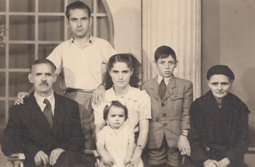 Rodina Patry Karadžu. Zleva tchán Charilaos, manžel Sotiris, dcera Vasiliki, Patra Karadžu, bratr manžela Stergios, tchyně Evdoxia v roce 1954.