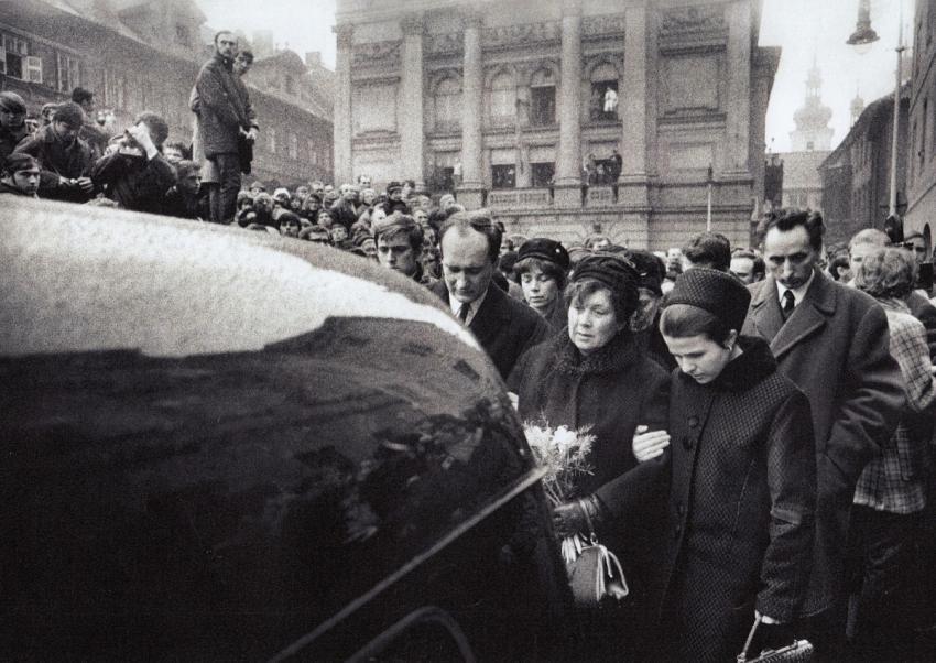 Maminka Jana Palacha Libuše Palachová v doprovodu staršího syna Jiřího a jeho ženy na pohřbu před Karolinem, za nimi farář Jakub