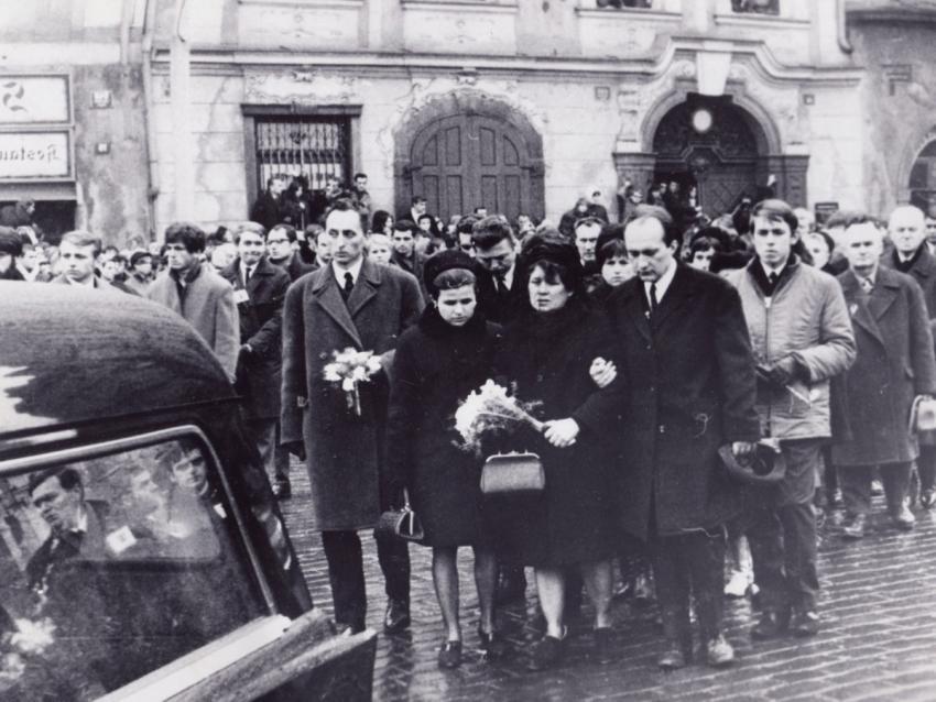 Maminka Jana Palacha Libuše Palachová v doprovodu staršího syna Jiřího a jeho ženy na pohřbu před Karolinem, za nimi farář Jakub S. Trojan.