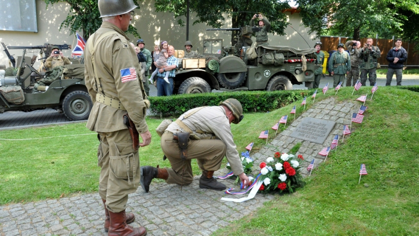 Vzpomínková akce v roce 2015 u památníku 4. obrněné divizi v Písku, který vznikl z iniciativy Richarda Prause.
