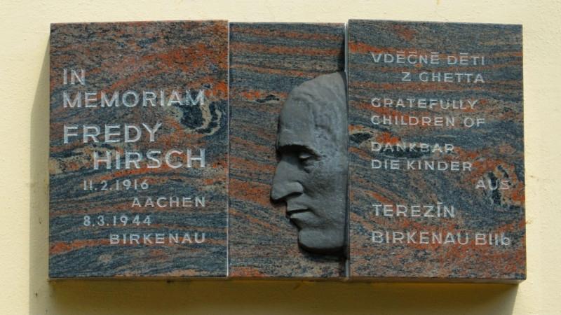 Pamětní deska Fredyho Hirsche v Terezíně. Foto: Creative Commons CC-BY 4.0