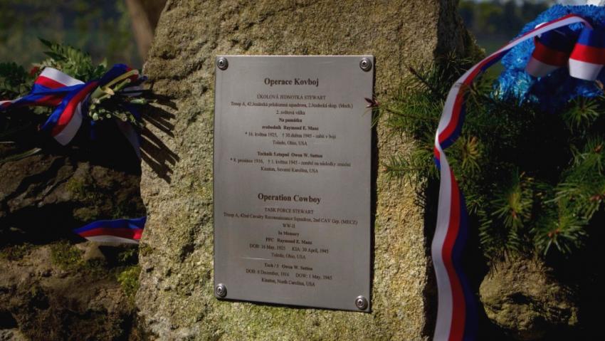 Pamětní deska v místě přestřelky. Operaci Kovboj připomíná od roku 2006.  Foto 2d Cavalry Regiment