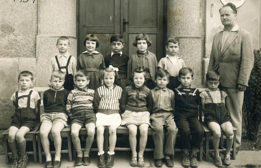 Konstantin v první třídě v Těchoníně v roce 1959 v horní řadě uprostřed. Foto: Paměť národa