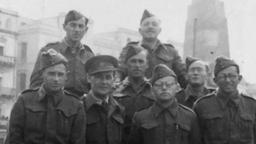 Bernard Papánek s jednotkou v Londýně (první zprava).