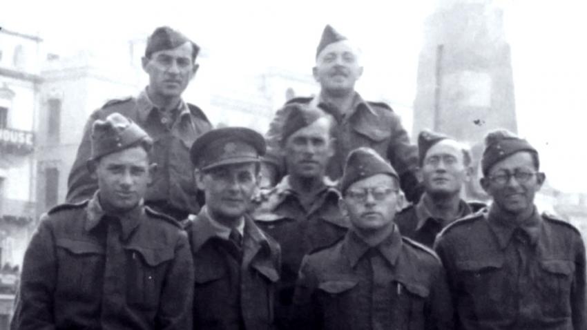 Bernard Papánek s jednotkou v Londýně (první zprava). Zdroj: Paměť národa