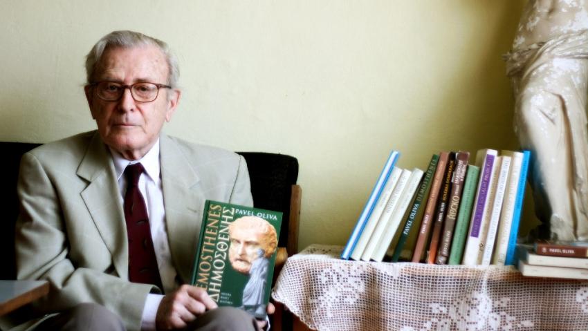 Pavel Oliva s několika svými kniham v roce 2011. Foto Iveta Černá
