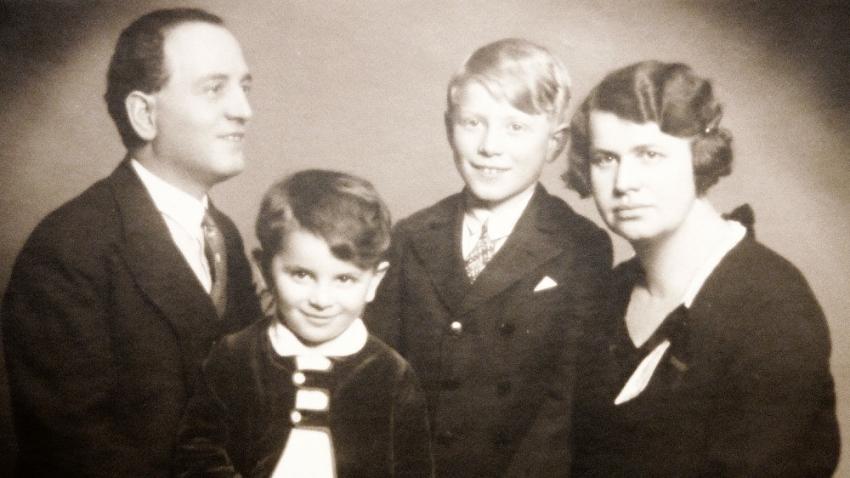 Pavel Oliva před válkou s rodiči a mladším bratrem. Foto: Paměť národa