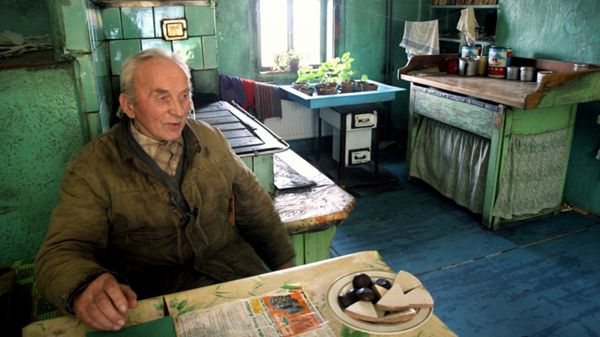 Jan Pecka při rozhovoru v kuchyni statku.