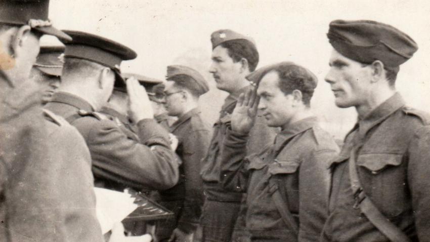Bohumír Peklo zdraví generála Bedřicha Neumanna ve Walton Hall. Zdroj: Marcela Jurasová