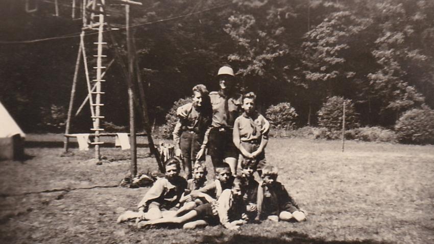Na táboře u Potštejna v roce 1949 Karel složil skautský slib, na snímku ve spodní řadě druhý zprava. Zdroj: Paměť národa
