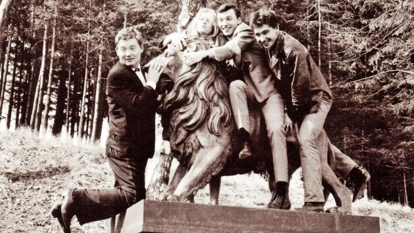 S Karlem Gottem jako Zlatá slavice v roce 1964 (vlevo Milan Chladil, vpravo Josef Zíma). Foto: Paměť národa