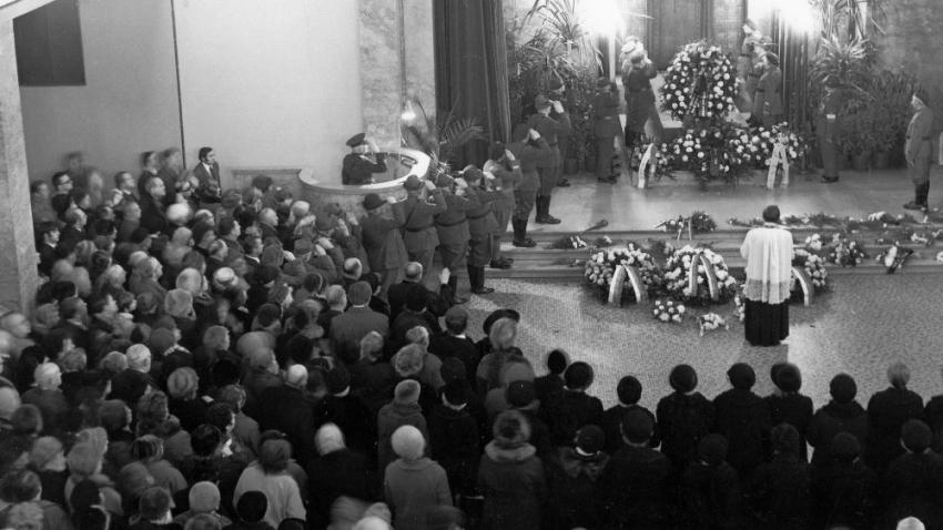 Veřejnost se o pohřbu bývalé první dámy neměla dozvědět. Foto: Paměť národa