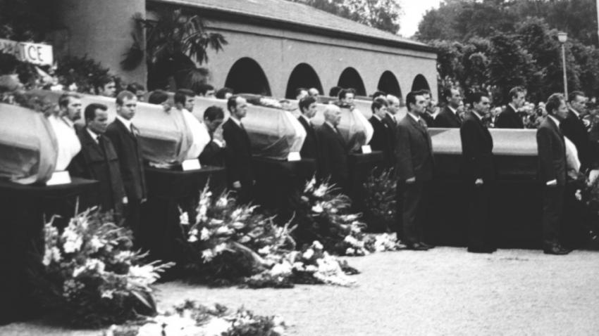 Společný pohřeb sedmi obětí invaze, kterého se 24. srpna 1968 účastnili Václav Havel a Jan Tříska. Foto: Paměť národa/Hannelore Kalenská