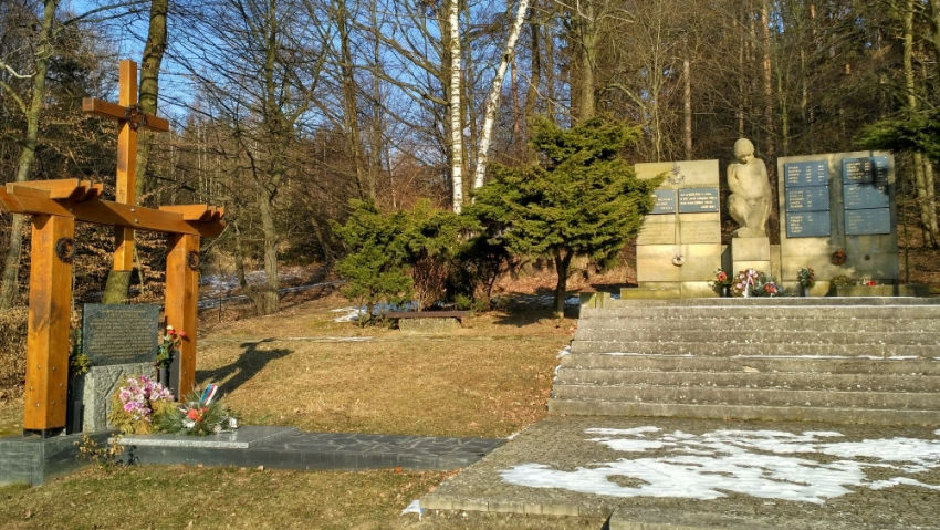 Pomník u lesa nad Lipovcem postavili po válce místní těm sousedům, kteří věznění v Terezíně nepřežili. Foto: Šárka Kuchtová