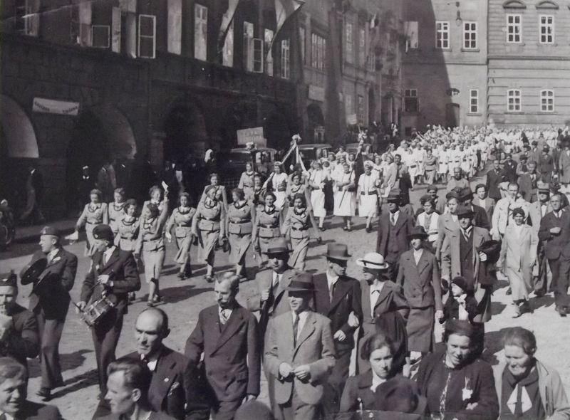 Sokolky pochodují Prahou, z archivu pamětnice Věry šaškové. Zdroj: Paměť národa