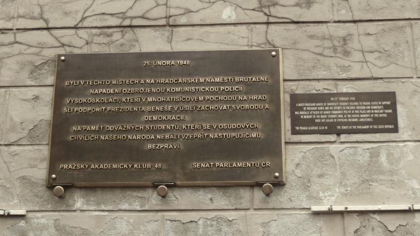 Pamětní deska v Nerudově ulici připomínající potlačení studentské demonstrace 25. února 1948. Foto: Creative Commons